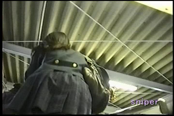制服で駅構内をうろつく女子校生をターゲットに盗撮師がスカートの中を隠し撮り!生足の間に見えるセクシー系や、清純系のいろんなパンティが覗く!やっぱり制服が良いですよね…